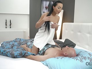 Beautiful kept woman Anna Rose is face sitting before pussy pounding